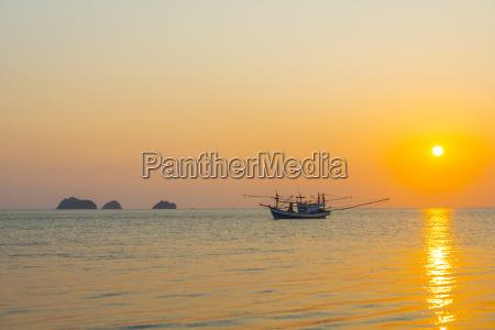 boot im meer bei sonnenuntergang vor