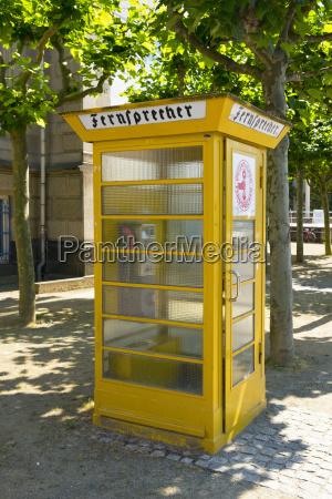alte telefonzelle vor museum fuer kommunikation