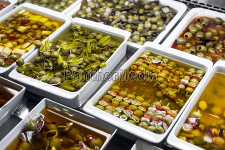 gemischte, oliven-snacks, in, markt, display, tabletts - 25392788