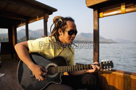 ein musiker spielt die gitarre und
