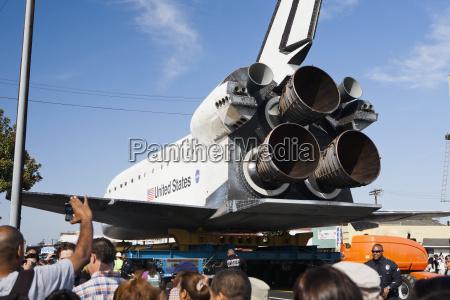 das space shuttle endeavor wird durch