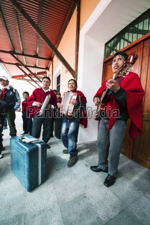 musikalisches, ensemble, spielt, am, bahnhof, guamote, chimborazo, ecuador - 25402868
