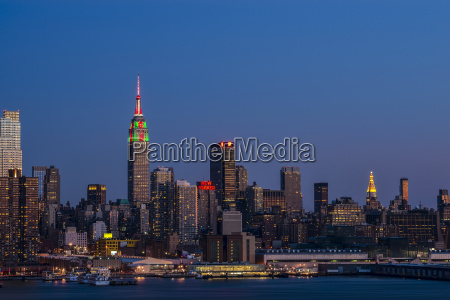 empire state building at twilight farben