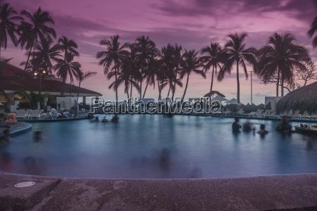 ein abend bei sonnenuntergang im pool