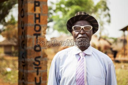 ein mann mit weisser brille steht