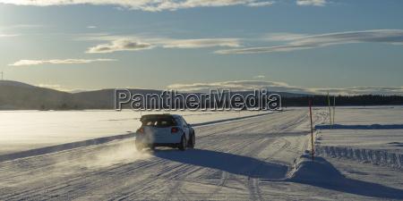 ein auto faehrt ueber eine schneebedeckte