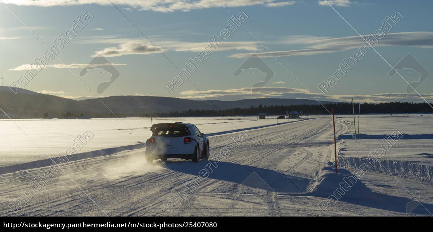 ein, auto, fährt, über, eine, schneebedeckte - 25407080