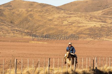 ein gaucho reitet sein pferd entlang