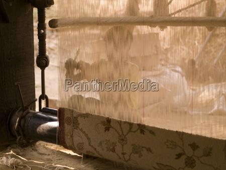 person die einen teppich macht rajasthan