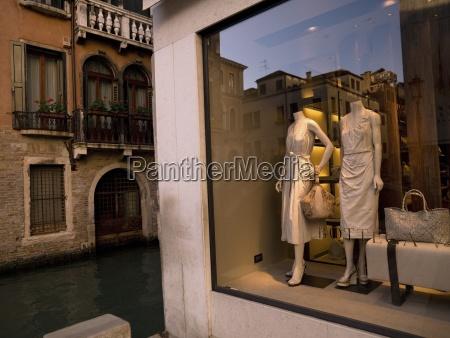 schaufenster mit mannequins neben kanal venedig