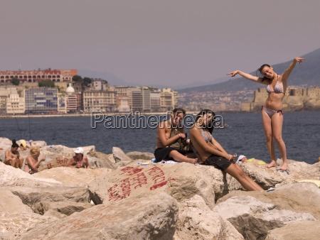 drei freundinnen im bikini auf shore