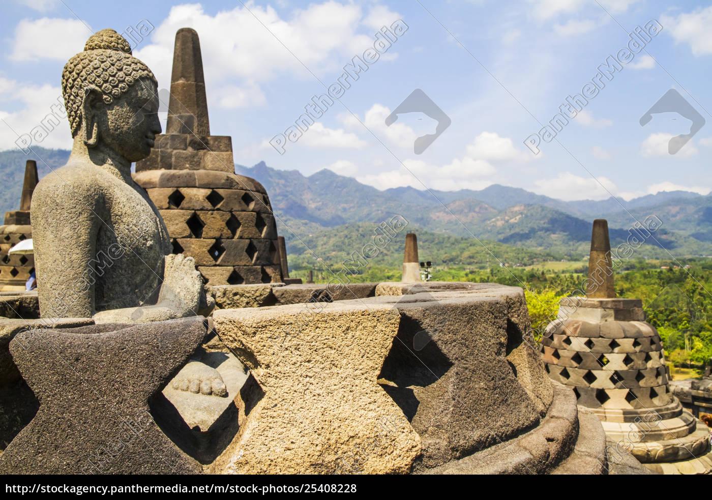buddha-statue, inmitten, der, lattischen, steinstupas, die, buddha-statuen - 25408228