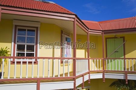 balkon und geschaefte an der front