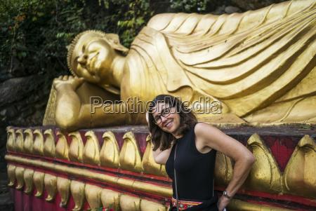 a woman steht neben einer grossen