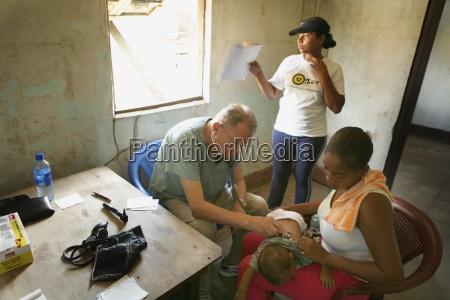 tasbapauni nicaragua arzt untersucht baby