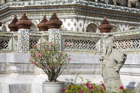 statue at wat arun temple of