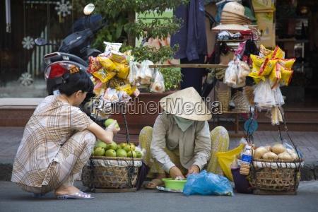 ein strassenhaendler mit einem kunden suedvietnam