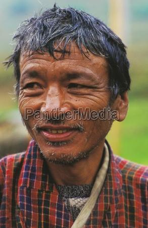 portraet eines urenden mannes thimphu bhutan