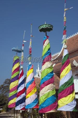 bunte ornamentik vor buddhistischem tempel thailand