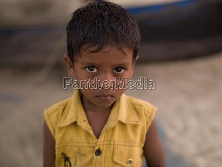portraet des jungen jungen am strand
