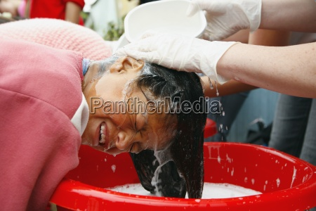 frau die ihr haar gewaschen hat