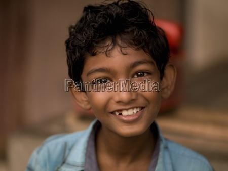 portraet des schmelnden jungen kerala indien