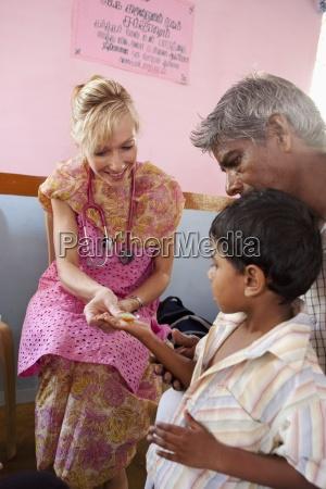 eine frau mit einem stethoskop giving
