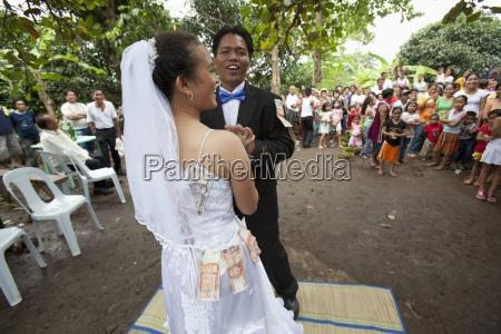 eine braut und groom celebrate am
