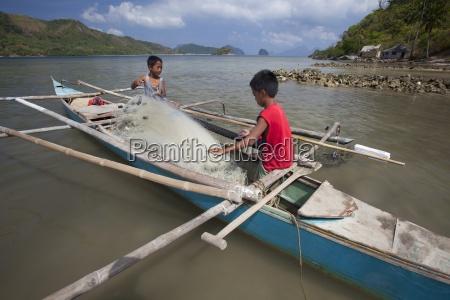zwei junge philippinische jungen arbeiten auf