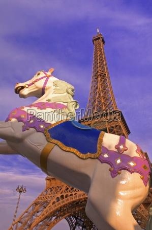 merry go round und eiffelturm paris