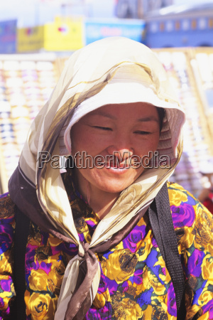 mongolei frau traegt schal in strahlendem