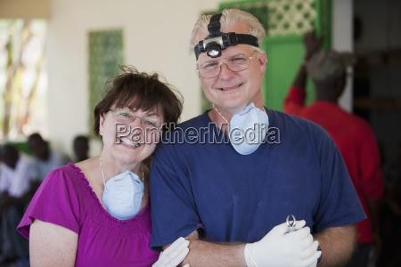 ein zahnarzt und seine mutter freiwilliger