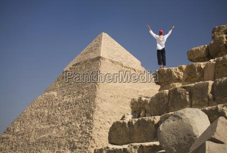 eine frau tourist hebt ihre arme