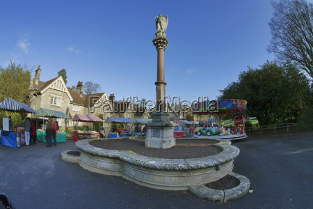 a tall monument and shoppers at