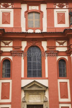 fassade der georg basilika im prager