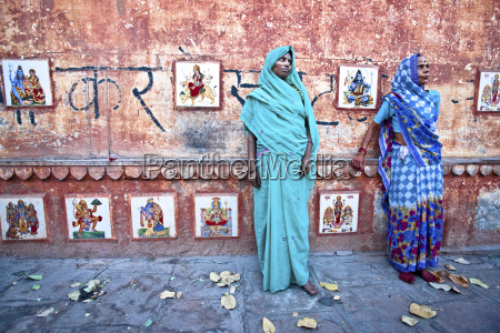 zwei frauen in saris die in