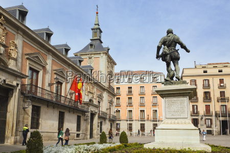 plaza de la villa with statue