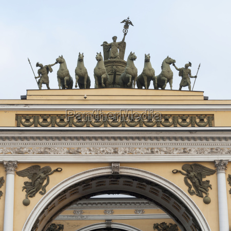 skulpturen auf der oberseite des generalstabsgebaeudes
