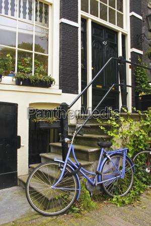 lila, fahrrad, vor, einem, haus, auf - 25443614