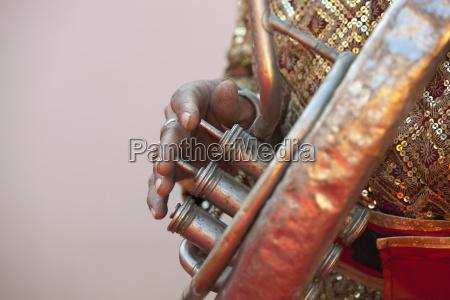 closeup af en mands fingre spiller