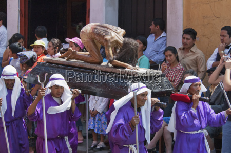 man carrying the anda float of