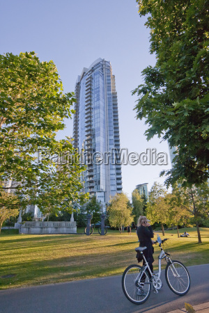 residential skyscraper in coal harbor vancouver