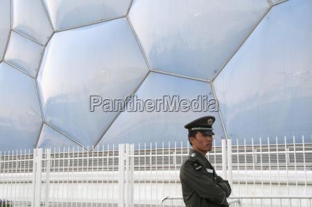polizist im einsatz ausserhalb des olympischen