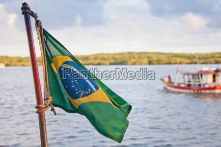 brasilianische flagge mit boot im wasser
