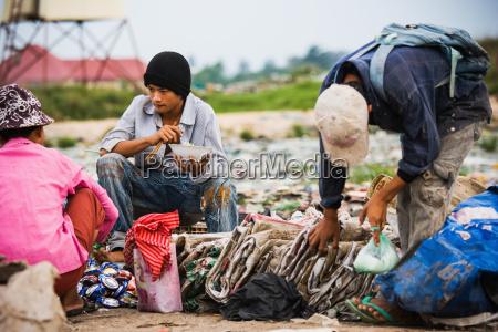 kambodscha maenner pausieren fuer das essen