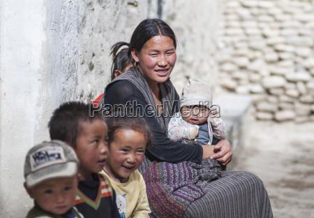 nepal mustang region glueckliche familie der