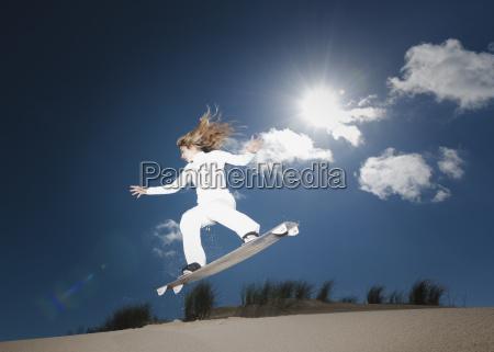 ein snowboarder mid air an einem