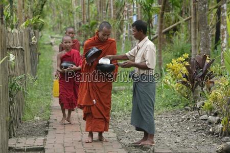 buddhistische moenche empfangen almosen aus dorfbewohner