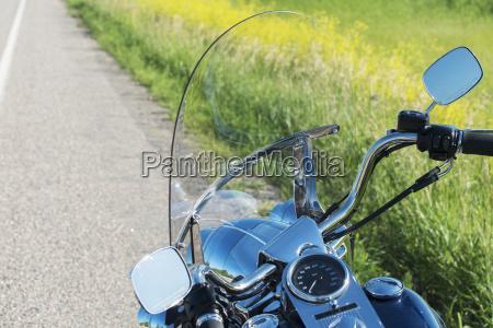 ein glaenzendes dashboard auf einem motorrad