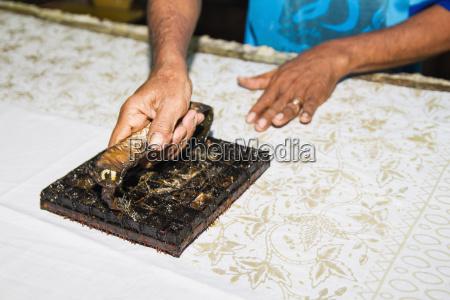 handwerker mit einem kupfer block stempel